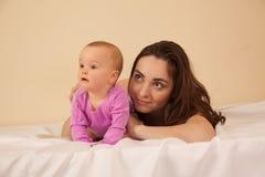 Μητέρα με να βρεθεί μωρών στο κρεβάτι Στοκ φωτογραφίες με δικαίωμα ελεύθερης χρήσης