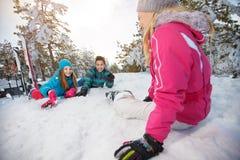 Μητέρα με τα παιδιά να κάνει σκι που στηρίζεται στο χιόνι Στοκ φωτογραφία με δικαίωμα ελεύθερης χρήσης