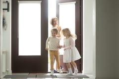 Μητέρα με τα παιδιά που επιστρέφουν το σπίτι που ψωνίζει μαζί, που κρατά το έγγραφο Στοκ εικόνα με δικαίωμα ελεύθερης χρήσης