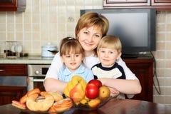 Μητέρα με τα παιδιά Στοκ Εικόνες