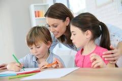 Μητέρα με τα παιδιά που κάνουν τα σχέδια Στοκ φωτογραφίες με δικαίωμα ελεύθερης χρήσης
