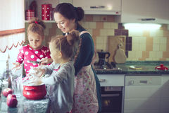 Μητέρα με τα παιδιά στην κουζίνα Στοκ εικόνα με δικαίωμα ελεύθερης χρήσης