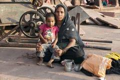 Μητέρα με τα υπόλοιπα childs στο προαύλιο του μουσουλμανικού τεμένους Jama Masjid στο Δ Στοκ Εικόνες
