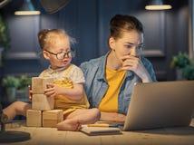 Μητέρα με την εργασία μικρών παιδιών Στοκ Εικόνες