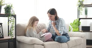 Μητέρα με την κόρη που έχει τη διασκέδαση που επισύρει την προσοχή στο σημειωματάριο απόθεμα βίντεο