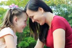 Μητέρα με την κόρη που έχει τη διασκέδαση στο πάρκο στοκ εικόνα