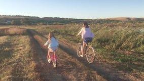 Μητέρα με την κόρη στα ποδήλατα σε ένα λιβάδι Οικογένεια στα ποδήλατα στη φύση Η έννοια της οικογένειας φιλμ μικρού μήκους