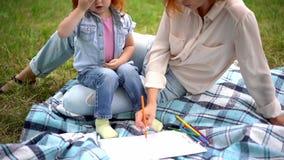 Μητέρα με την κόρη στο πάρκο φιλμ μικρού μήκους