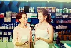 Μητέρα με την κόρη στο φαρμακείο στοκ εικόνα με δικαίωμα ελεύθερης χρήσης
