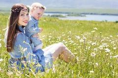 Μητέρα με την κόρη στο camomile λιβάδι Στοκ Εικόνες
