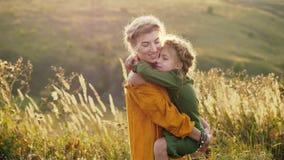 Μητέρα με την κόρη της στα όπλα της υπαίθρια απόθεμα βίντεο