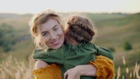 Μητέρα με την κόρη της στα όπλα της υπαίθρια φιλμ μικρού μήκους