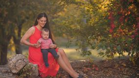Μητέρα με την τοποθέτηση μωρών στη φύση απόθεμα βίντεο