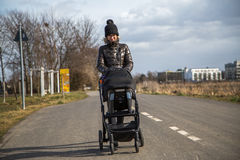 Μητέρα με τη μεταφορά μωρών Στοκ Φωτογραφία