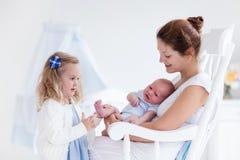 Μητέρα με τη νεογέννητη κόρη μωρών και μικρών παιδιών Στοκ Εικόνες
