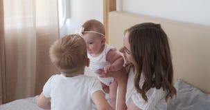 Μητέρα με τη φιλώντας κόρη μωρών γιων στο σπίτι απόθεμα βίντεο