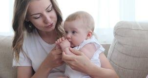Μητέρα με τη χαριτωμένη κόρη μωρών στο σπίτι απόθεμα βίντεο
