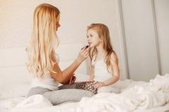Μητέρα με τη χαριτωμένη ξανθή κόρη στοκ φωτογραφίες με δικαίωμα ελεύθερης χρήσης