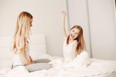 Μητέρα με τη χαριτωμένη ξανθή κόρη στοκ εικόνες με δικαίωμα ελεύθερης χρήσης