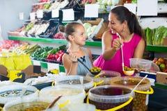 Μητέρα με τις ελιές επιλογής κοριτσιών στο κατάστημα τροφίμων Στοκ Εικόνα