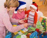 Μητέρα με τις κόρες που κάνουν applique την εργασία για τα Χριστούγεννα Στοκ Εικόνες