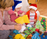Μητέρα με τις κόρες που κάνουν applique την εργασία Στοκ Φωτογραφίες