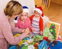 Μητέρα με τις κόρες που κάνουν applique την εργασία Στοκ φωτογραφίες με δικαίωμα ελεύθερης χρήσης