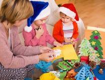 Μητέρα με τις κόρες που κάνουν applique την εργασία Στοκ εικόνα με δικαίωμα ελεύθερης χρήσης