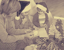 Μητέρα με τις κόρες που κάνουν applique την εργασία Στοκ φωτογραφία με δικαίωμα ελεύθερης χρήσης