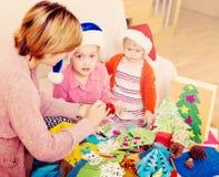 Μητέρα με τις κόρες που κάνουν applique την εργασία Στοκ Εικόνες