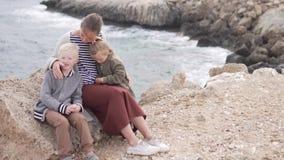 Μητέρα με τους περιπάτους παιδιών στο πάρκο θαλασσίως φιλμ μικρού μήκους