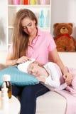 Μητέρα με το άρρωστο παιδί στοκ φωτογραφία