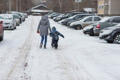 Μητέρα με το γιο μωρών της που απολαμβάνει την όμορφη κρύα χειμερινή ημέρα Στοκ Φωτογραφίες