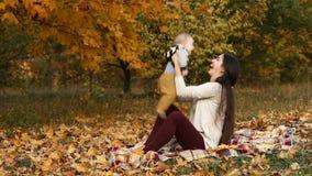 Μητέρα με το γιο στο πάρκο φθινοπώρου φιλμ μικρού μήκους
