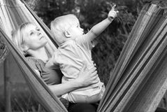 Μητέρα με το γιο της που εξετάζει κάτι στοκ φωτογραφία