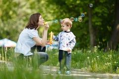 Μητέρα με το γιο της υπαίθριο Στοκ φωτογραφία με δικαίωμα ελεύθερης χρήσης