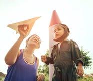 Μητέρα με το διαθέσιμο παιχνίδι αεροπλάνων εγγράφου με τη φθορά γιων militar Στοκ Φωτογραφία