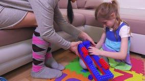 Μητέρα με το κορίτσι και την οικοδόμηση των τούβλων παιχνιδιών απόθεμα βίντεο