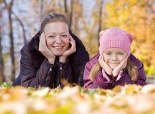 Μητέρα με το κορίτσι της το φθινόπωρο στοκ φωτογραφία