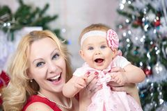 Μητέρα με το κοριτσάκι μπροστά από το χριστουγεννιάτικο δέντρο Οικογενειακό πορτρέτο Χριστουγέννων Στοκ εικόνες με δικαίωμα ελεύθερης χρήσης