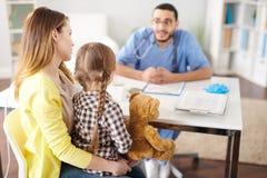 Μητέρα με το μικρό κορίτσι στο γραφείο γιατρών Στοκ Εικόνες