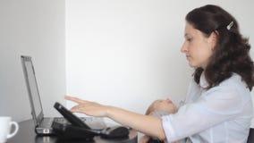 Μητέρα με το μωρό που απαιτεί τη βοήθεια απόθεμα βίντεο