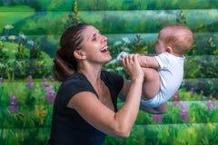 Μητέρα με το μωρό που κάνει τη γυμναστική στοκ εικόνα με δικαίωμα ελεύθερης χρήσης