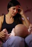 Μητέρα με το μωρό που πάσχει από τη μετα γενέθλια κατάθλιψη Στοκ Εικόνες