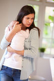 Μητέρα με το μωρό που πάσχει από τη μετα γενέθλια κατάθλιψη Στοκ εικόνα με δικαίωμα ελεύθερης χρήσης