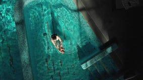 Μητέρα με το μωρό σε μια κολύμβηση χεριών απόθεμα βίντεο
