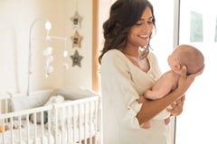 Μητέρα με το μωρό στα όπλα στοκ φωτογραφία