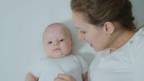 Μητέρα με το μωρό στην αγκαλιά κρεβατιών Στοκ φωτογραφία με δικαίωμα ελεύθερης χρήσης
