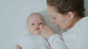 Μητέρα με το μωρό στην αγκαλιά κρεβατιών Στοκ εικόνα με δικαίωμα ελεύθερης χρήσης