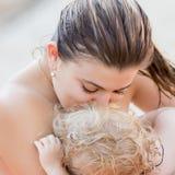 Μητέρα με το μωρό στη θάλασσα Στοκ εικόνα με δικαίωμα ελεύθερης χρήσης